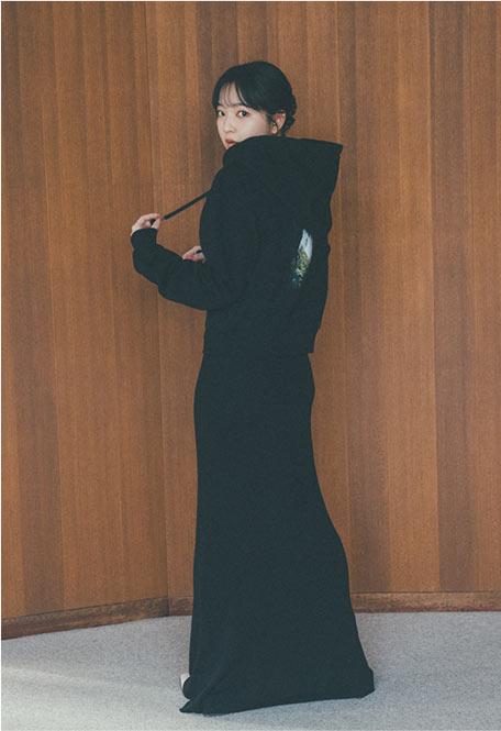 コラボアイテムを着た田中芽衣さん